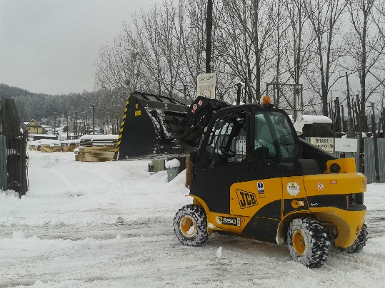JCB teletruk vypratáva sneh