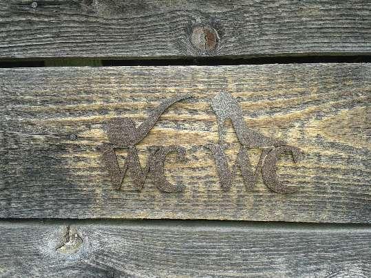 Označenie starej drevenej latríny