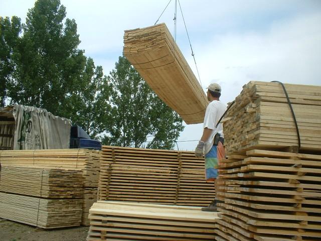 Prekladanie stavebných dosiek žeriavom