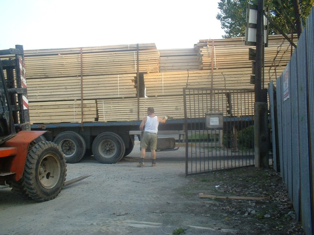 Vykladanie stavebného reziva z kamióna